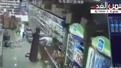 صورة السبب الحقيقي : مقيم يمني يضرب شاب سعودي والإعتداء عليه في السوبر ماركت صور وفيديو
