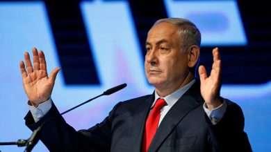 صورة إلقاء القبض على (نتنياهو) رئيس الوزراء الاسرائيلي بتهمة (الرشوة)