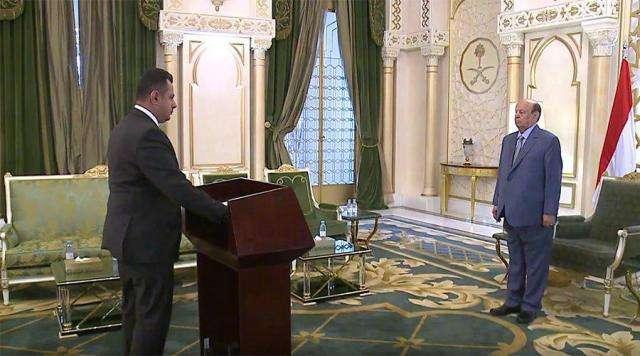 صورة رئيس الوزراء الجديد معين عبد الملك يؤدي اليمين الدستوري أمام الرئيس هادي