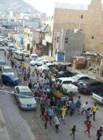 """جنازة تمباكي في عدن بعد اعلان وفاة تماكي """" مجاهد"""" مع بعض المهمشين 1"""