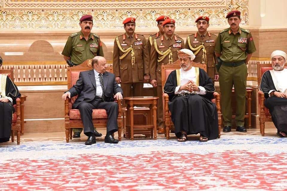 Photo of الرئيس عبده ربه منصور هادي يصل إلى مسقط لتقديم واجب العزاء