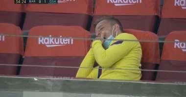 صورة اشتعلت برشلونه على آرثر أثناء التثاؤب خلال مباراة برشلونة و أوساسونا