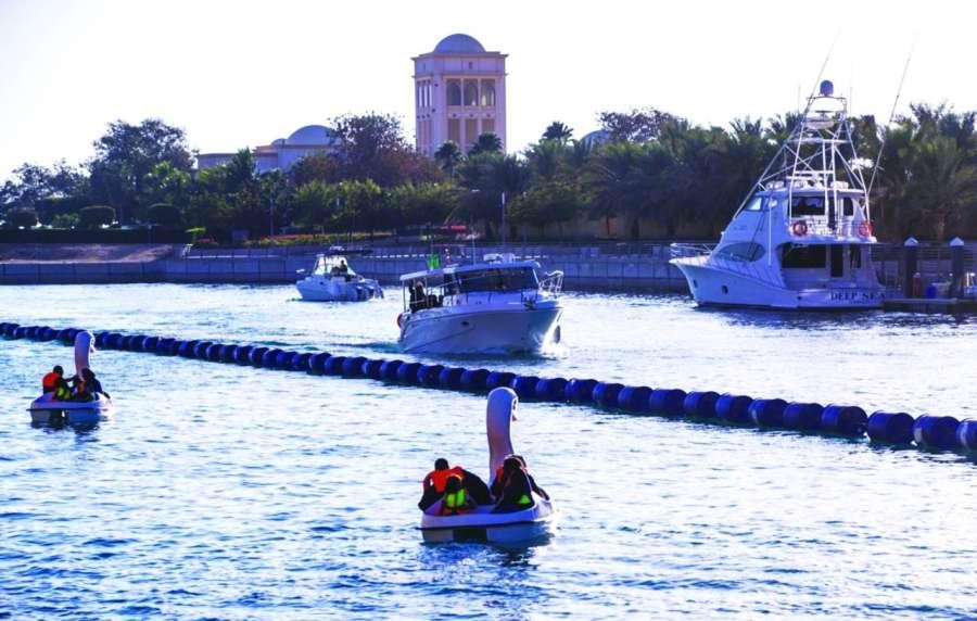 صورة توافد كبير من الأنشطة السياحية والترفيهية على طول ساحل مدينة الملك عبد الله